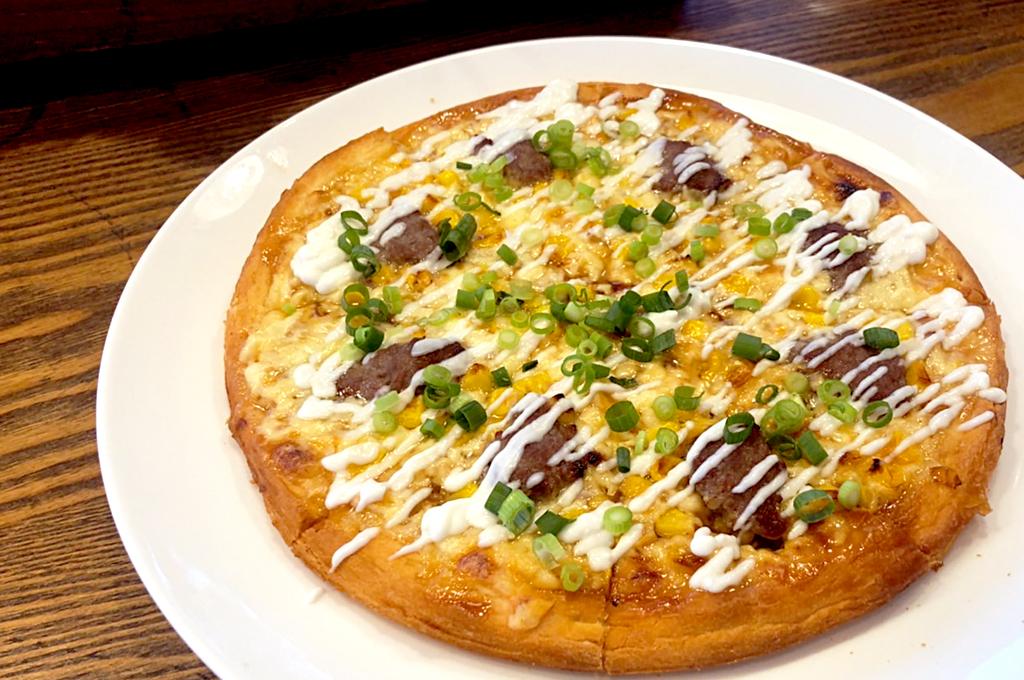 ビーフビッツとコーンマヨのピザ